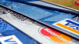 Kiedy wybrać kartę kredytową, a kiedy debetową?